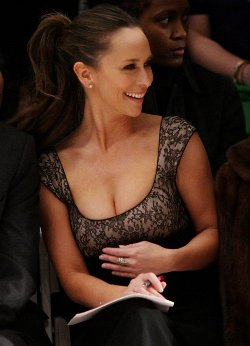 Jennifer Love Hewitt to launch clothing line?