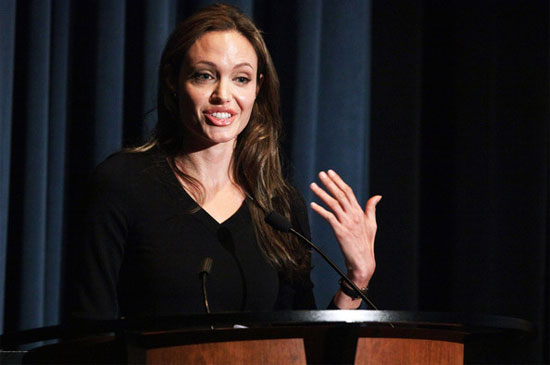 angelinajolie 240609 Angelina Jolie is casual about fashion