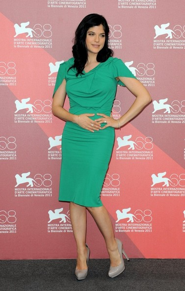 Selma Blair makes us green with envy in Roland Mouret