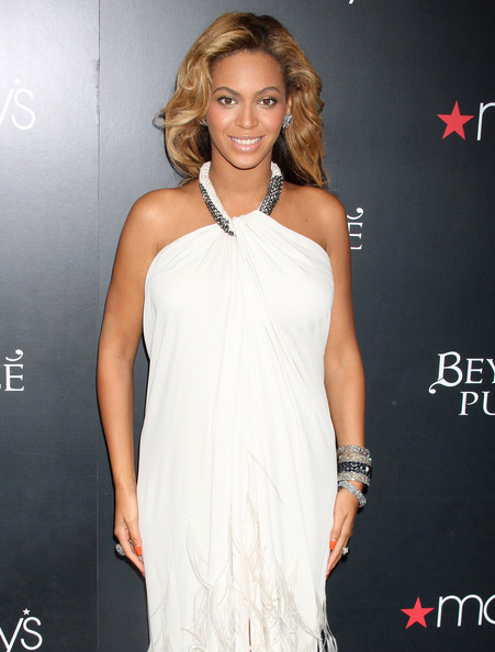 Top stories this week: Beyonce launches maternity line, Miss Piggy does makeup, we go inside Valentino's atelier and MORE!