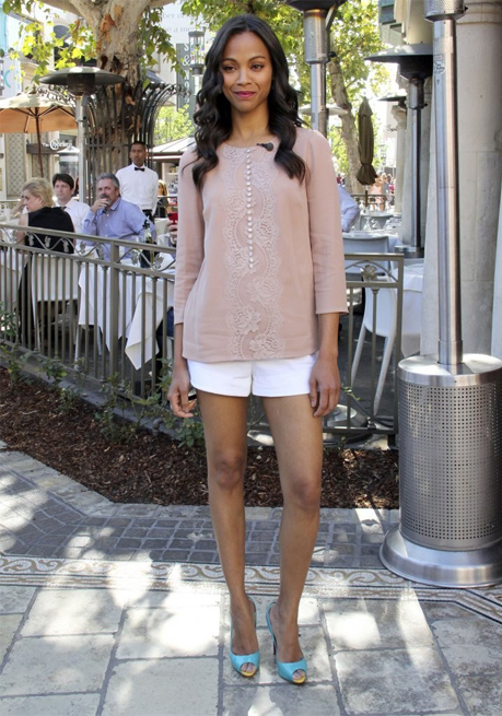 Zoe Saldana does casual summery chic in Dolce and Gabbana
