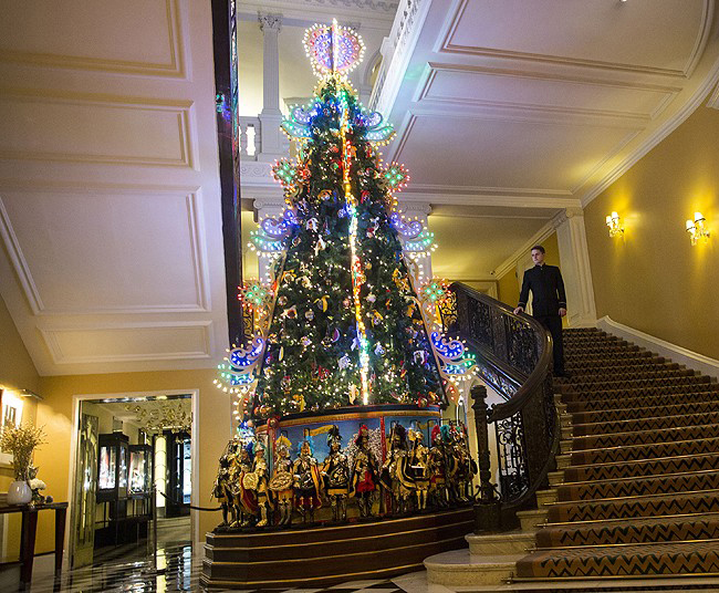 dolce-and-gabbana-claridges-christmas-tree