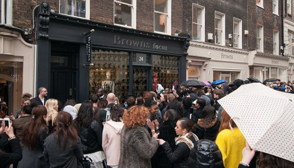 Drake launches Ovo pop up store, gets mobbed by fans