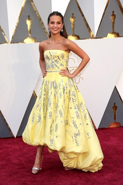 Alicia-Vikander-Oscars-2016-Red-Carpet-Louis-Vuitton-Vogue-28Feb16-Rex_b_426x639