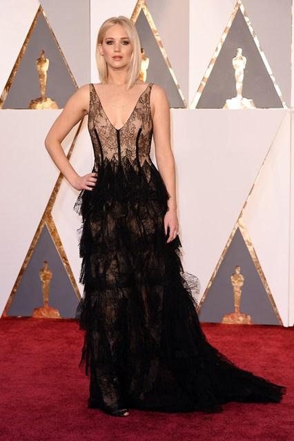 Jennifer-Lawrence-Oscars-2016-Red-Carpet-Vogue-28Feb16-Rex_b_426x639