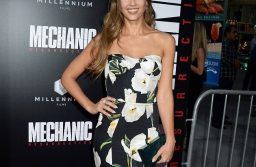 Jesssica Alba Is Blooming Perfect At Mechanic: Resurrection Premiere